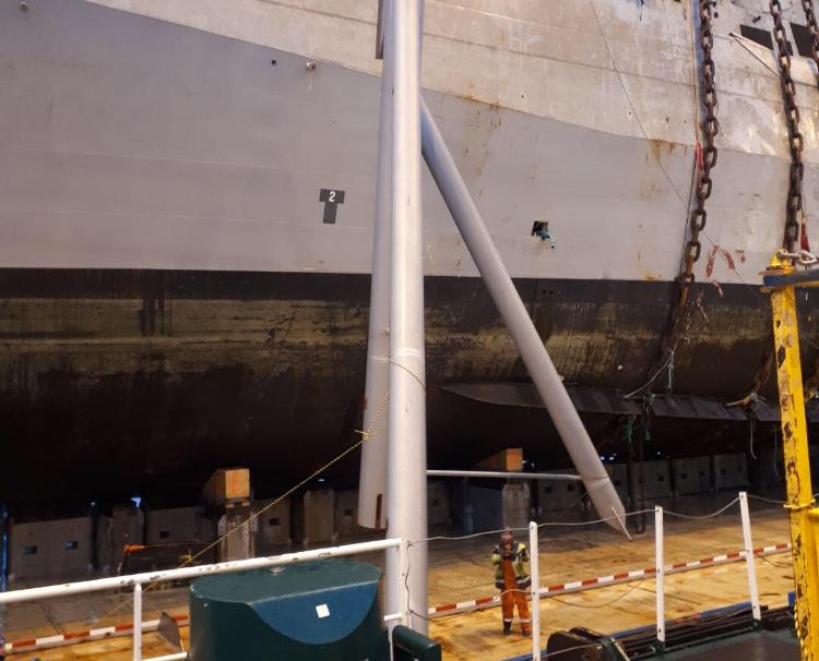 VANDRER UNDER SKIPET: Ved 18-tiden kunne mannskap ta seg fram på lekterdekket under fregatten.
