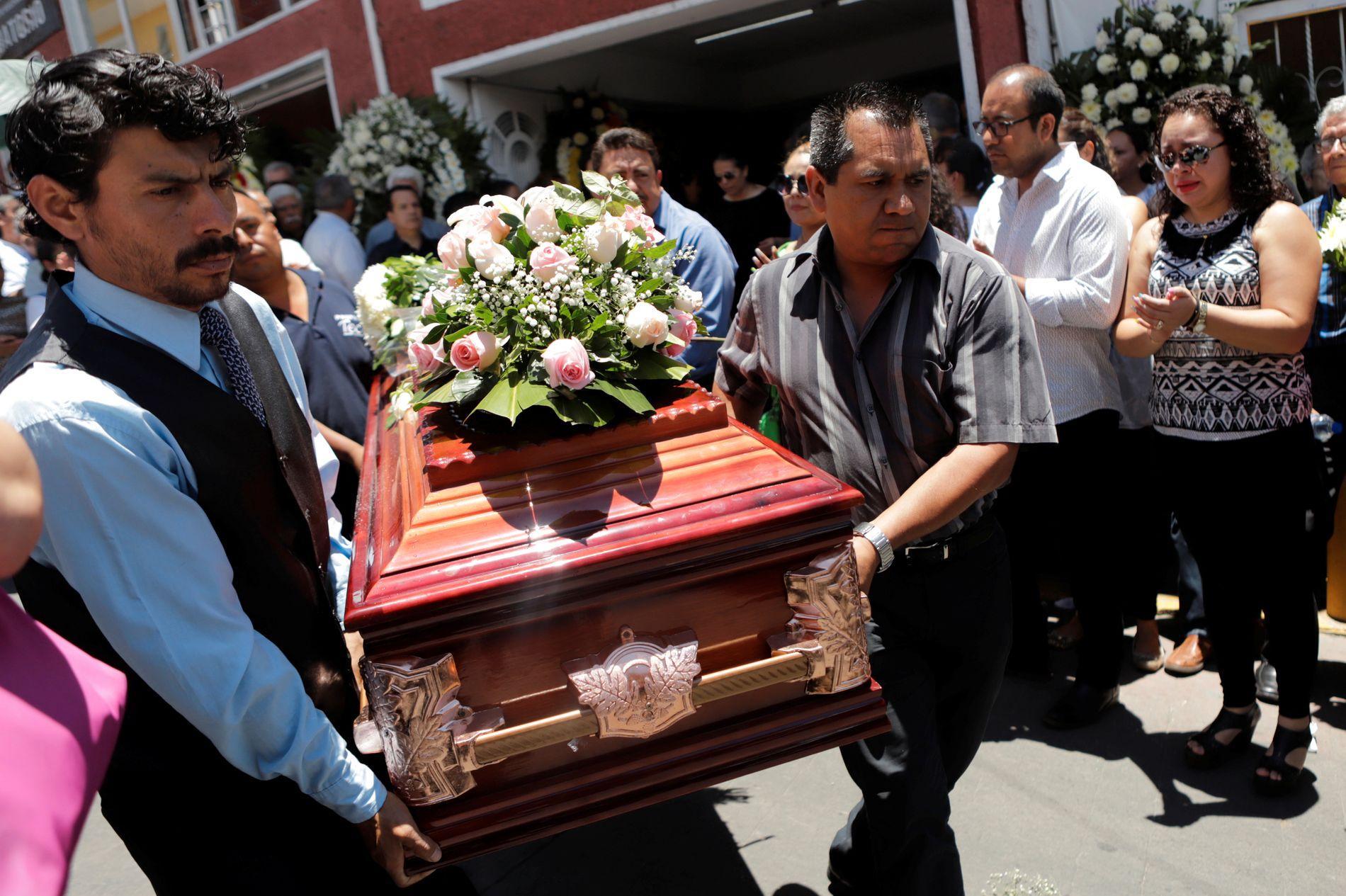 POLITISK VOLDS-EPIDEMI: Et hundretalls politikere har blitt drept de siste ni månedene i forkanten av presidentvalget 1. juli. Her fra begravelsen til lokalpolitiker Juana Irais Maldonado, som ble drept 3. juni i år. Hun var én av tre kvinnelige kandidater som alle ble myrdet samme døgn.