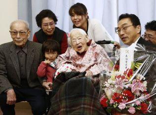 BURSDAGSFEIRING: Flere familiemedlemmer møtte Okawa på aldershjemmet for å feire 117-årsdagen hennes.