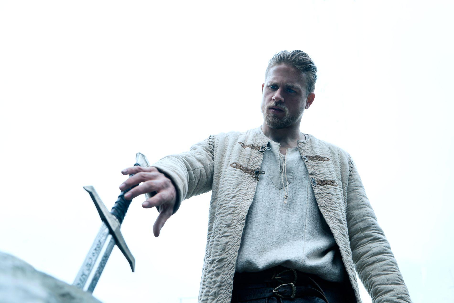 I SITT ANSIKTS SVE (R) D: Charlie Hunnam prøver seg på sverdet i steinen i «King Arthur: Legend Of The Sword». Gjett om han fikser biffen! FOTO: Daniel Smith / SF Norge.