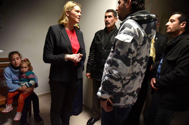 MEDFØLELSE: - Det er umulig for oss å sette oss inn i disse menneskenes fortvilte situasjon, sier Sylvi Listhaug om sitt møte med syriske flyktninger.Foto: HARALD HENDEN, VG