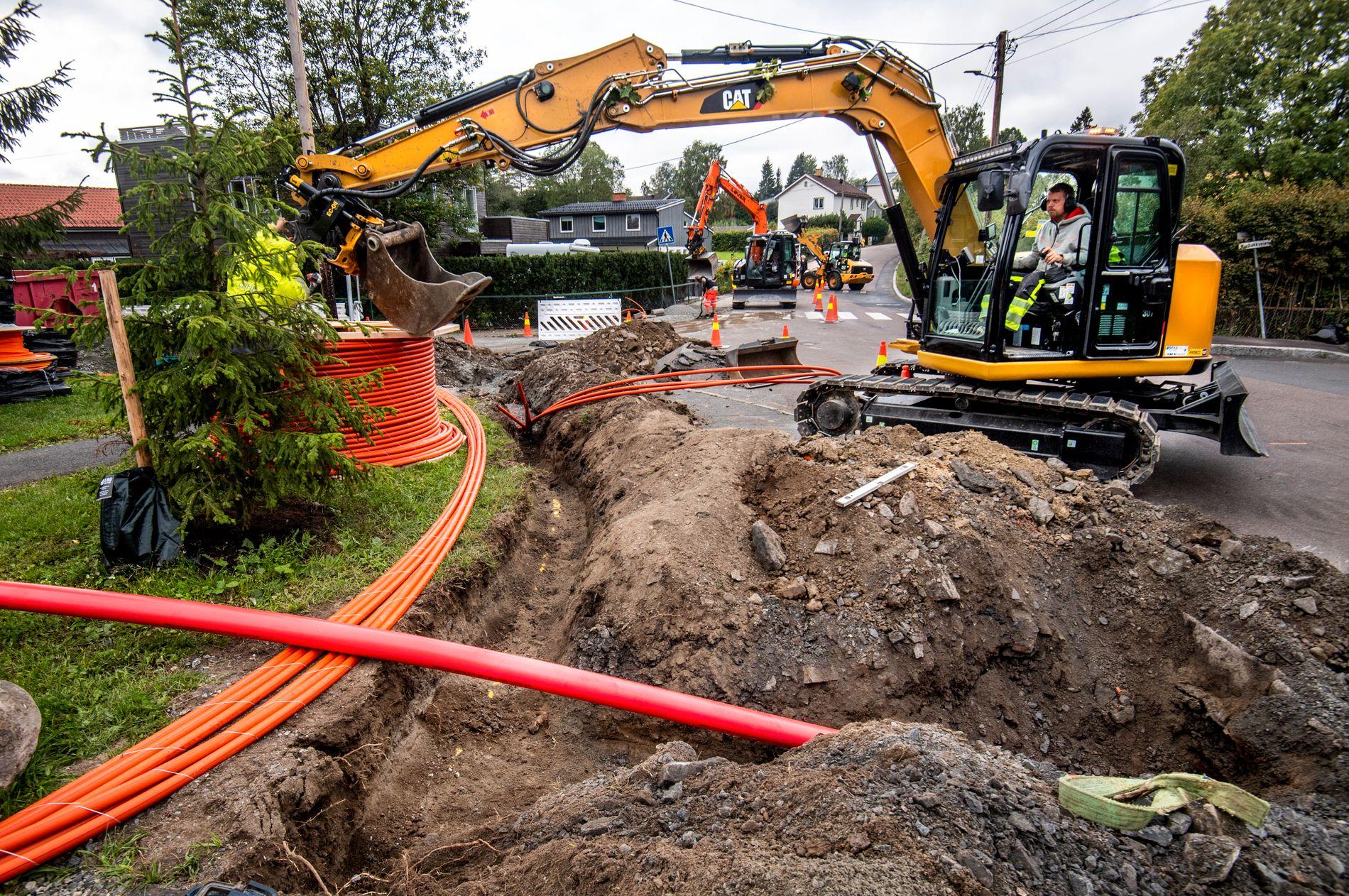 KOSTBART: Regjeringen mener kommunene ikke gjør som de skal for å få billigere internett-utbygging over hele landet. På bildet legges en fiberkabel gjennom et nabolag øst i Oslo. Fortsatt er områder over hele landet, i byer og på landet, uten fiber.