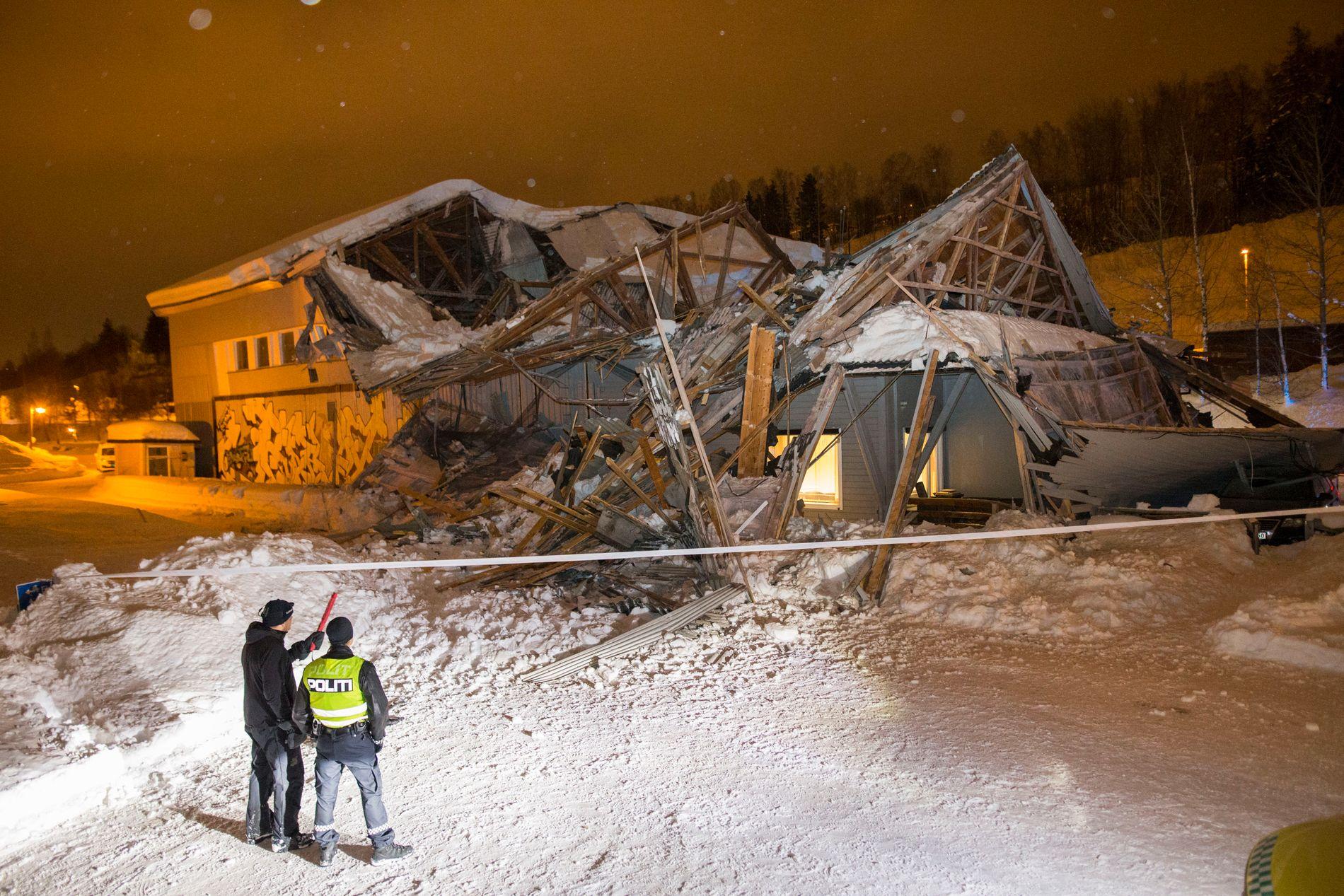 TAKET RASTE: En bygning på Lillehammer Camping raste under et dansearrangement i kveld.