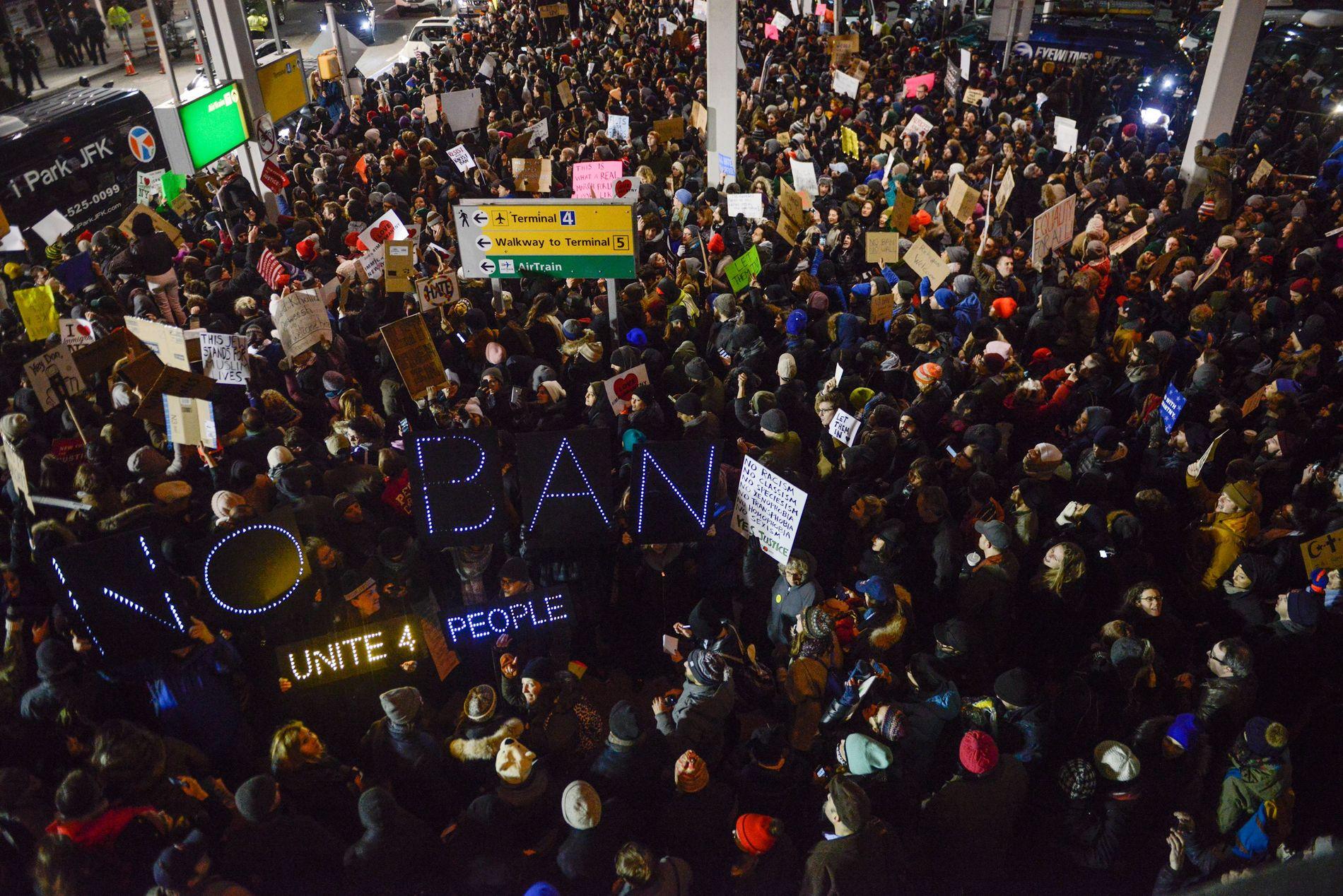 PROTEST: På JFK-flyplassen i New York har mange møtt opp for å demonstrere mot Donald Trumps nye innreiseforbud.