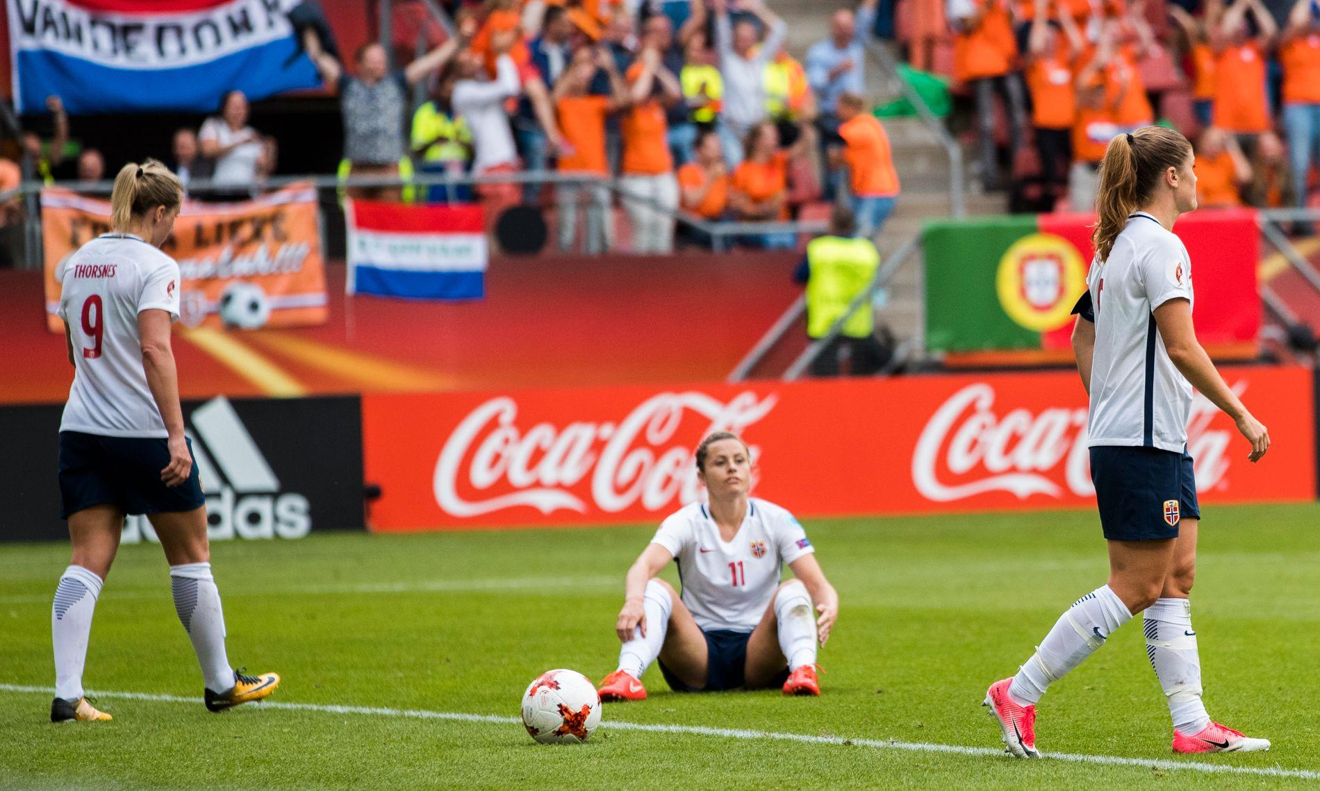SUKK: Elise Hove Thorsnes, Nora H. Berge og Maren Mjelde skuffet etter at Nederland avgjorde kampen med 1-0-målet.