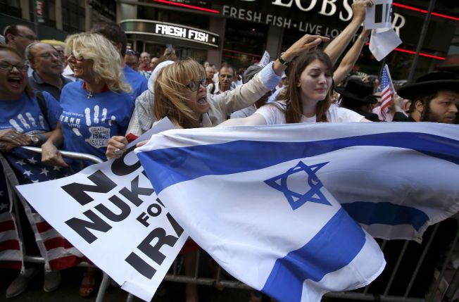 PROTEST: Tusenvis er samlet på Times Square i Manhattan, New York, i natt.