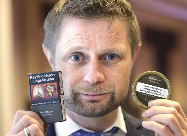 SMAKLØS: Helseministeren poserte villig med sine nye «Høie-pakker» for sigaretter og snus mandag. Nå røper han at det vurderes å forby all snus som er smakstilsatt.