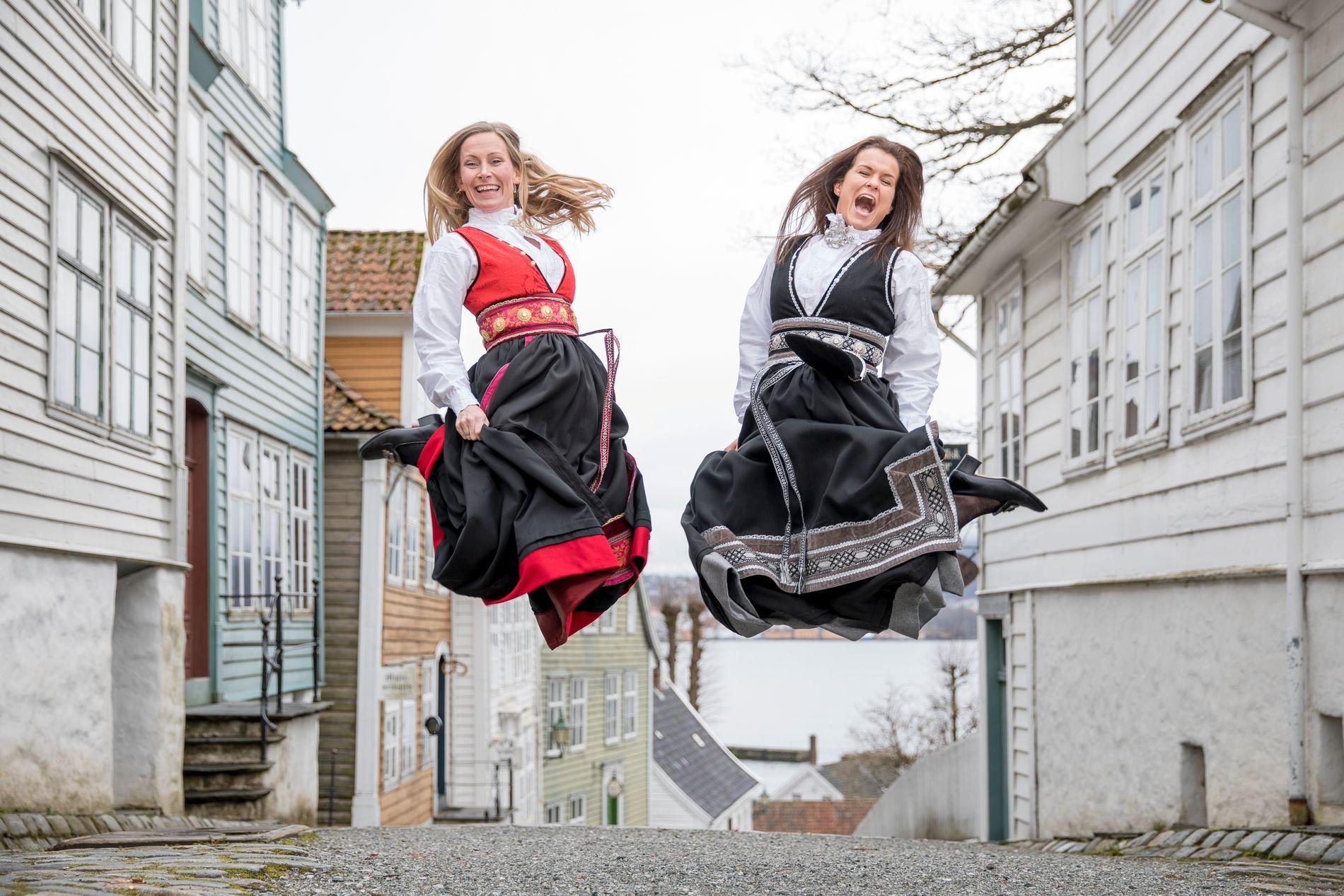 FESTFINE: Hermeline damedrakt kommer i rød/sort eller grå/sort og koster 6000 kroner.