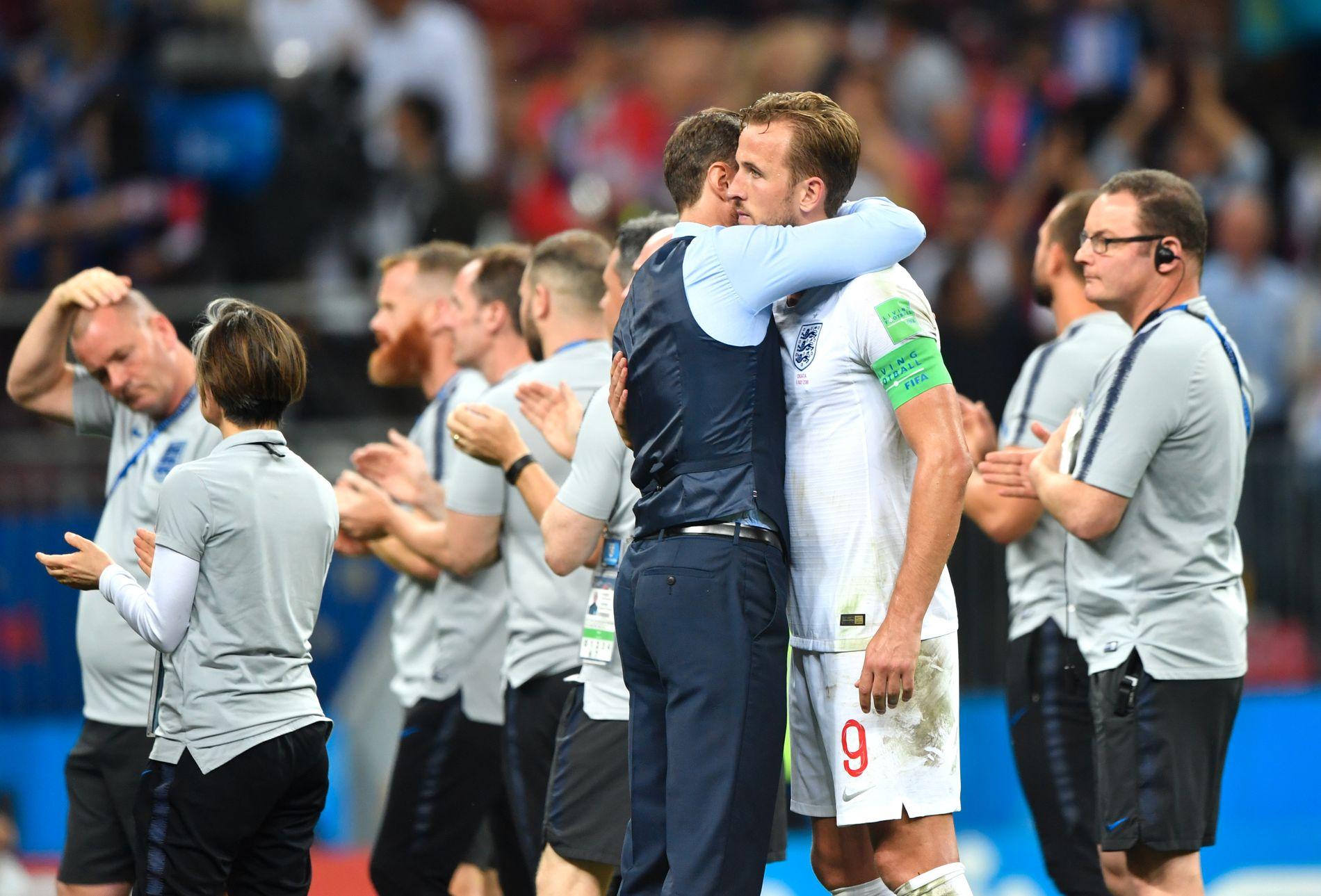 TRØSTET: Harry Kane fikk en klem av trener Gareth Southgate etter tapet mot Kroatia.
