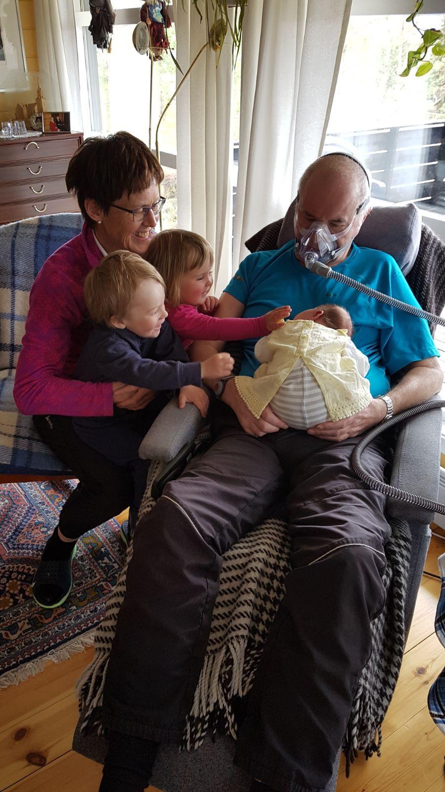 SAMMEN: Familien var viktig for Per Egil. De var grunnen til at han ønsket å bo hjemme, og ikke på institusjon. Her er han sammen med tre av barnebarna og kona, Beret.