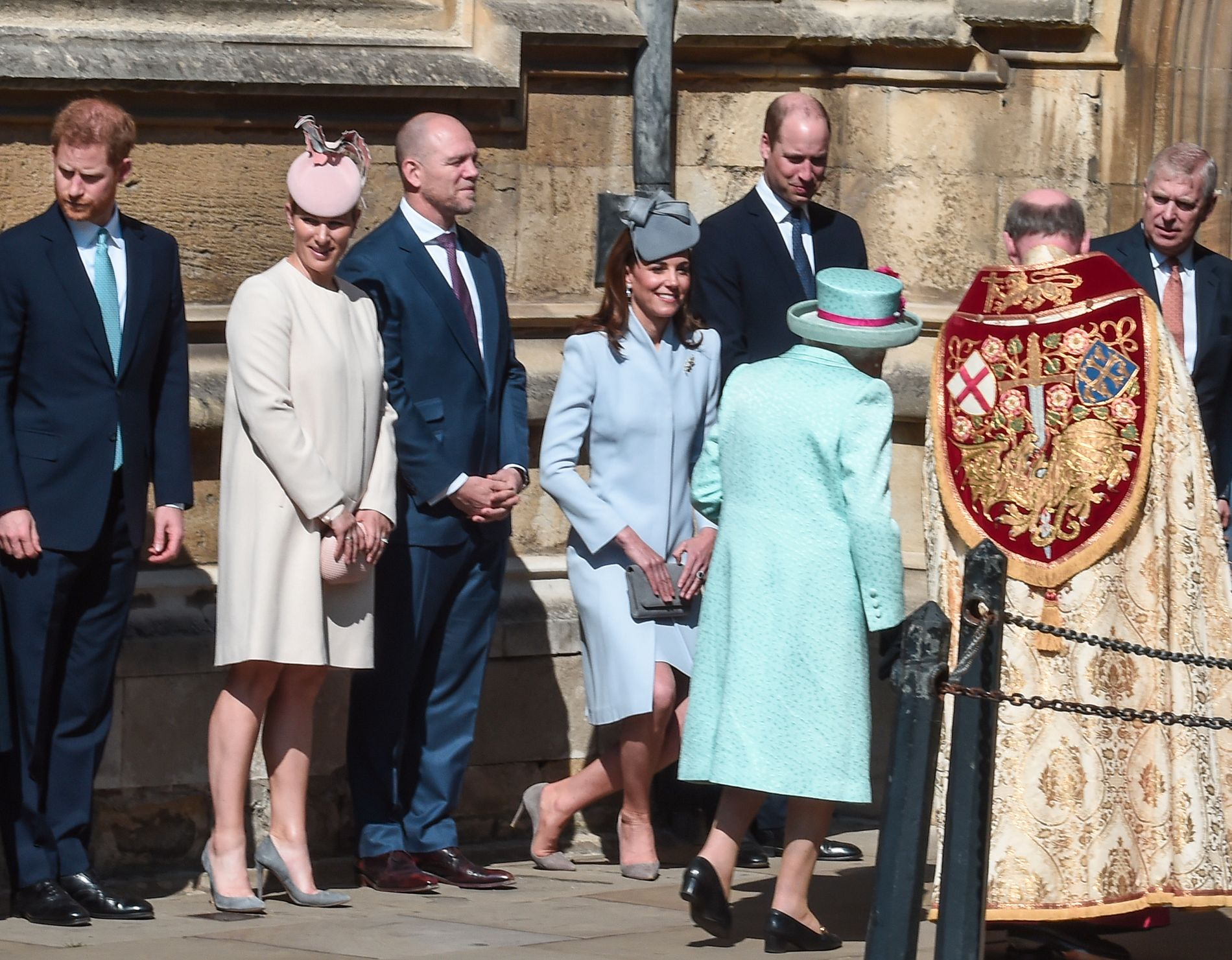MESSE: Hertuginne Kate neier for dronning Elizabeth utenfor St Georges-kapellet i London søndag. Ellers f.v.: Prins Harry, Zara Tindall (prinsesse Annes datter), Mike Tindall, prins William og prins Andrew.