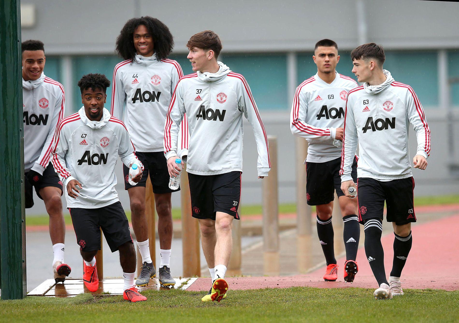 UNGGUTTER: Mason Greenwood, Angel Gomes, Tahith Chong, James Garner og Dylan Levitt på vei til trening med førstelaget torsdag.