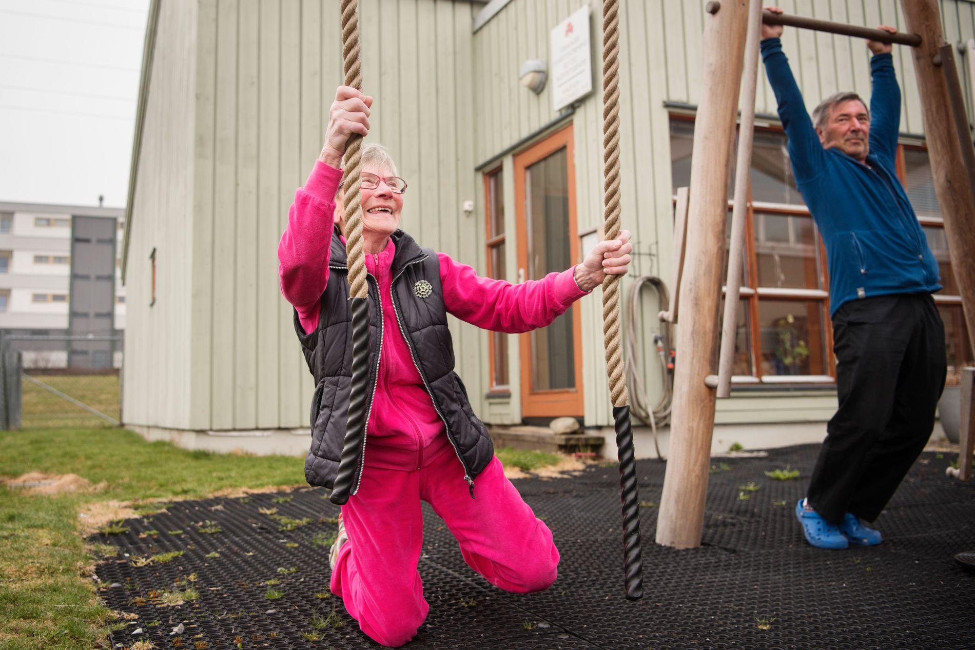 SPORTY:  – Jeg har trent hele mitt liv. Jeg benytter hver sjanse til å bevege meg. Jeg går veldig mye, det er bare herlig å bruke kroppen, smiler Anne Marie Ravndal (80). Her med Helge Gabrielsen som er ansvarlig for aktivitetene på senteret.