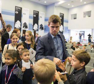 POPULÆR: Magnus Carlsen tok seg tid til å skrive autografer før selve seremonien startet i dag.