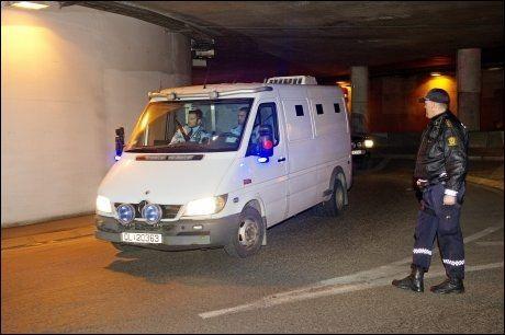 PÅ VEI: Anders Behring Breivik ble kjørt til fengslingsmøtet i en hvit kassebil. Foto: Gøran Bohlin