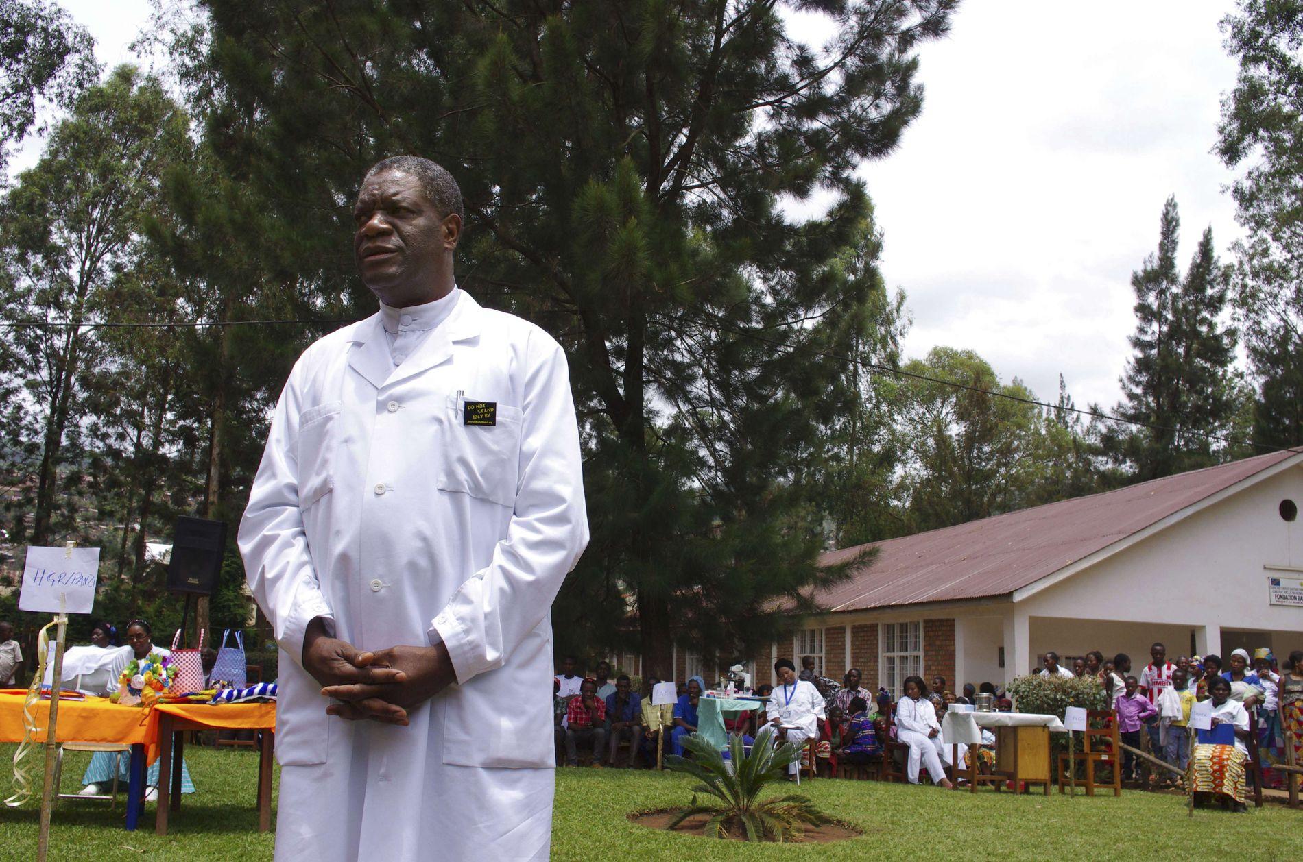 NOMINERT: Den kongolesiske kirurgen og gynekologen Denis Mukwege fotografert utenfor Panzi-sykehuset i Bukavu, øst i Kongo.