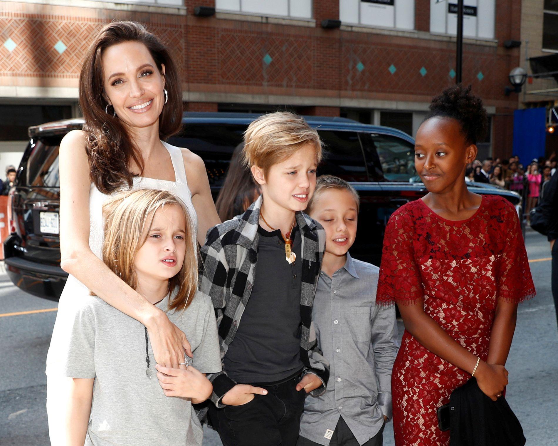 OPPRIVENDE SKILSMISSE: Angelina Jolie sammen med fire av barna, Vivienne Jolie-Pitt, Shiloh Jolie-Pitt, Knox Leon Jolie-Pitt, og Zahara Jolie-Pitt i et arkivbilde fra i fjor sommer.