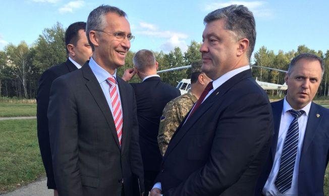 PARTNERE: Like etter at dette bildet ble tatt, stakk Petro Porosjenko og Jens Stoltenberg til skogs for mer private samtaler. Det var tydelig at presidenten og generalsekretæren fant tonen i de ukrainske skogene.
