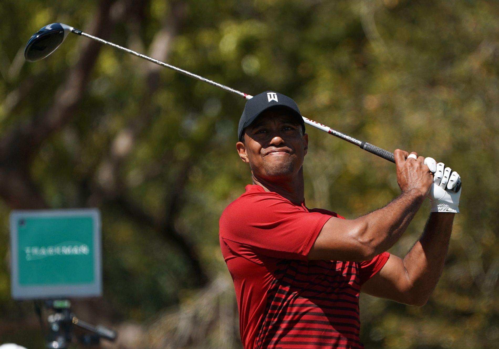 NÆRE: Tiger Woods, som vanlig i rød skjorte på søndag, slår ut på hull 5 under den siste runden av Valspar Championship på Copperhead-banen. Foto: REUTERS