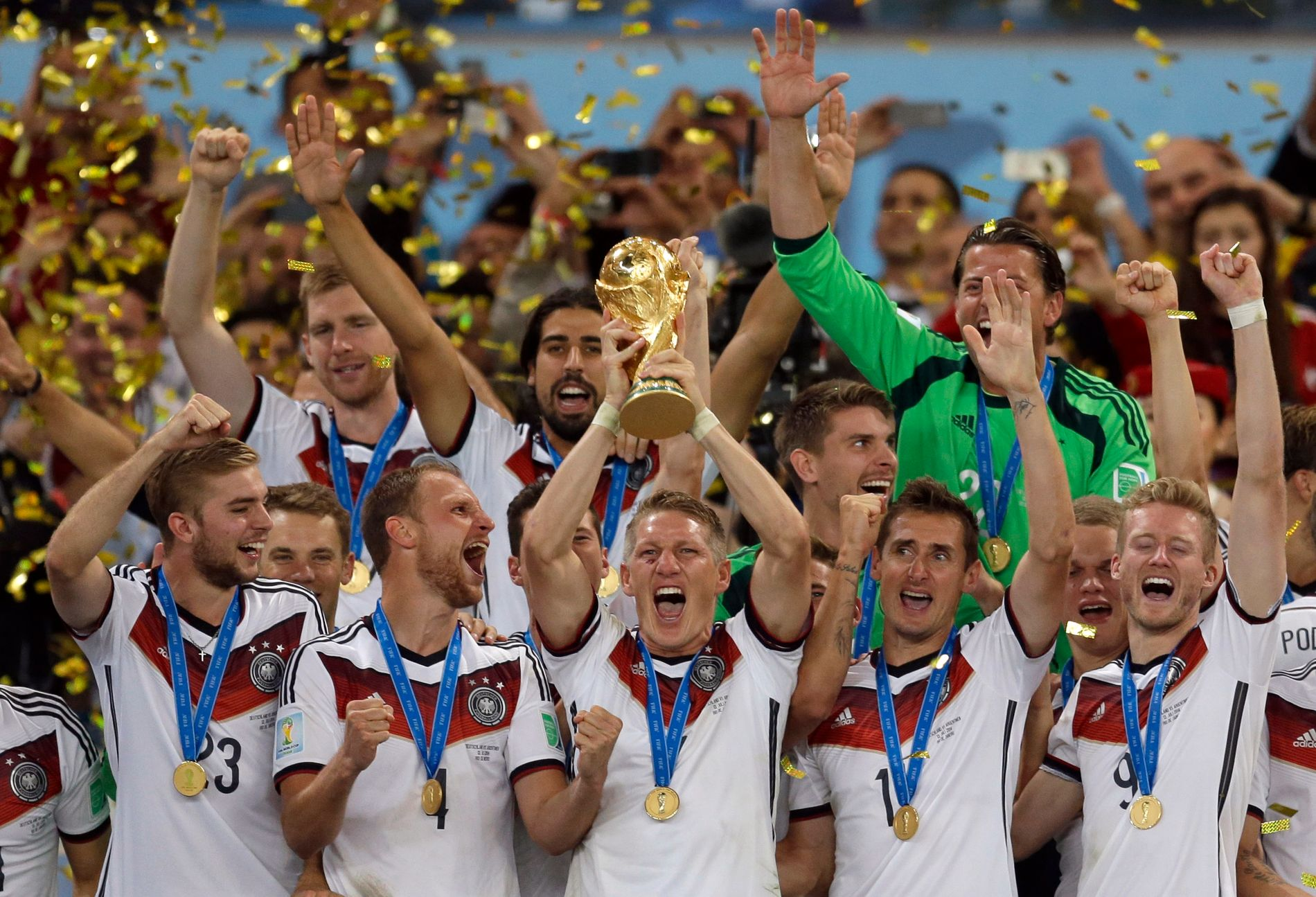 VANT I 2014: Tyskland vant Brasil-VM i 2014. Her løfter kaptein Bastian Schweinsteiger pokalen.