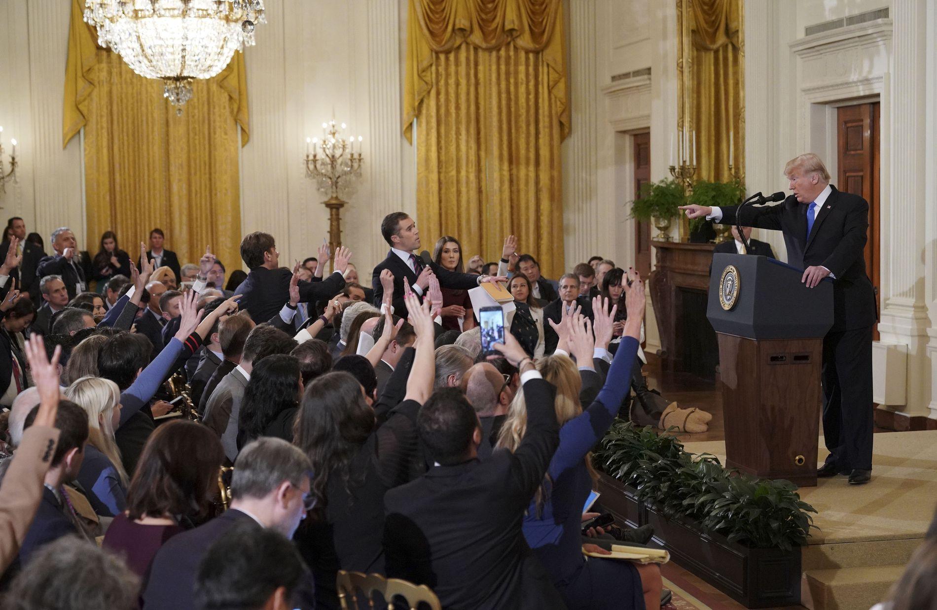 MANGE VIL SPØRRE: Presidenten svarte på mange spørsmål i løpet av onsdagens pressekonferanse.