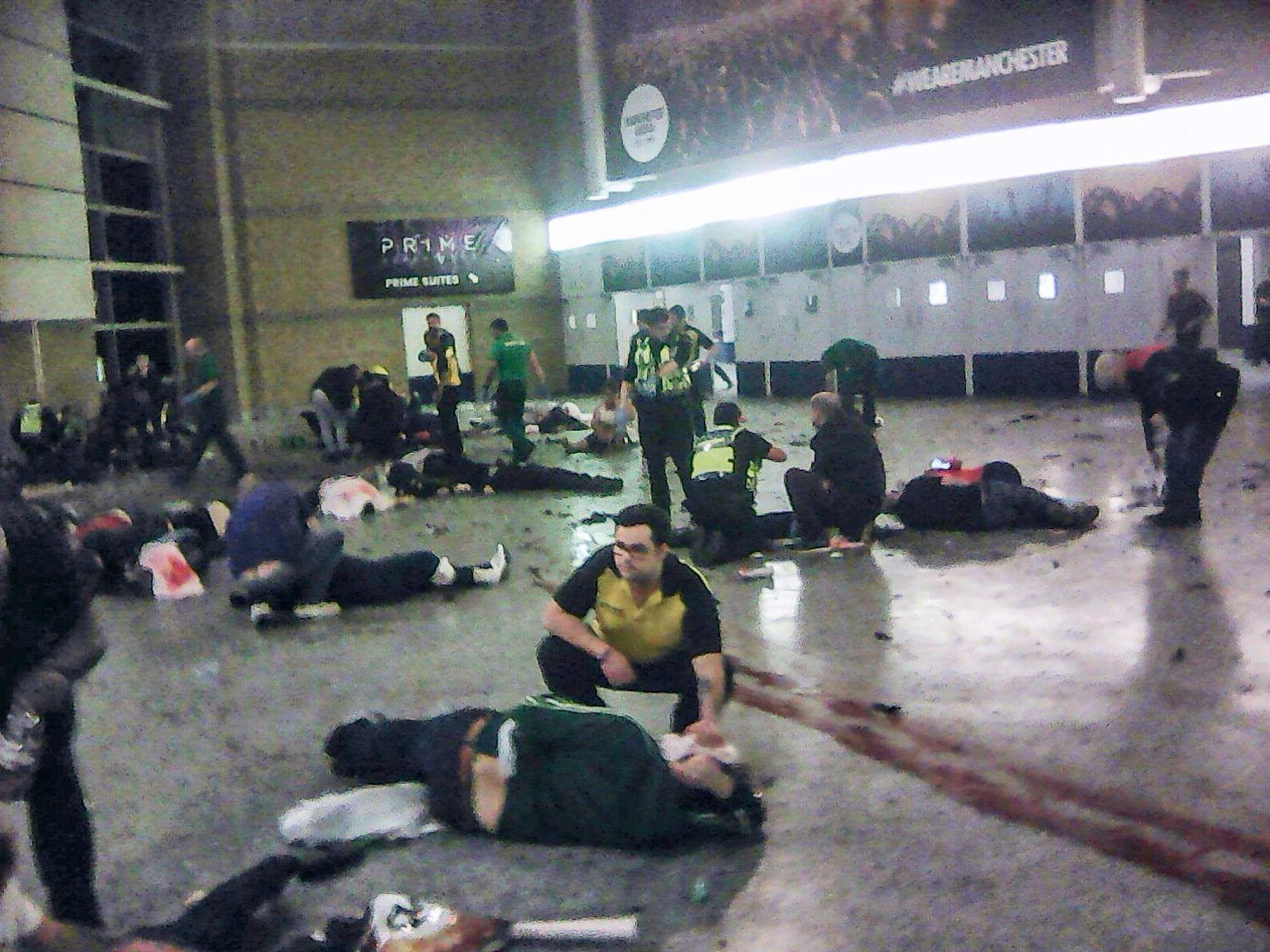 HJELPER: Hjelpearbeidere bidrar på innsiden av Manchester Arena etter eksplosjonen.