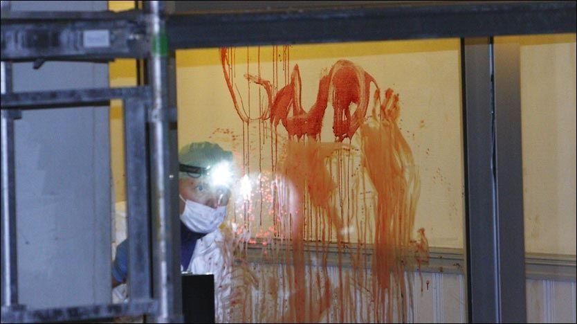 SIKTEDES BLOD: Etter knivangrepet på vennene, forskanset 23-åringen seg i bakgården i Pilestredet 70 i Oslo. På glasset på inngangsdøren skrev han «GUD» med sitt eget blod. Foto: Svein Gustav Wilhelmsen
