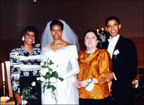 NYGIFT: Året er 1992, og Barack og Michelle gifter seg. Bryllupet ble holdt i Chicago. Her poserer de nygifte sammen med Michelles mor, Marian Robinson (til venstre) og Baracks mor Ann Dunham (nummer to fra høyre). Foto: POLARIS