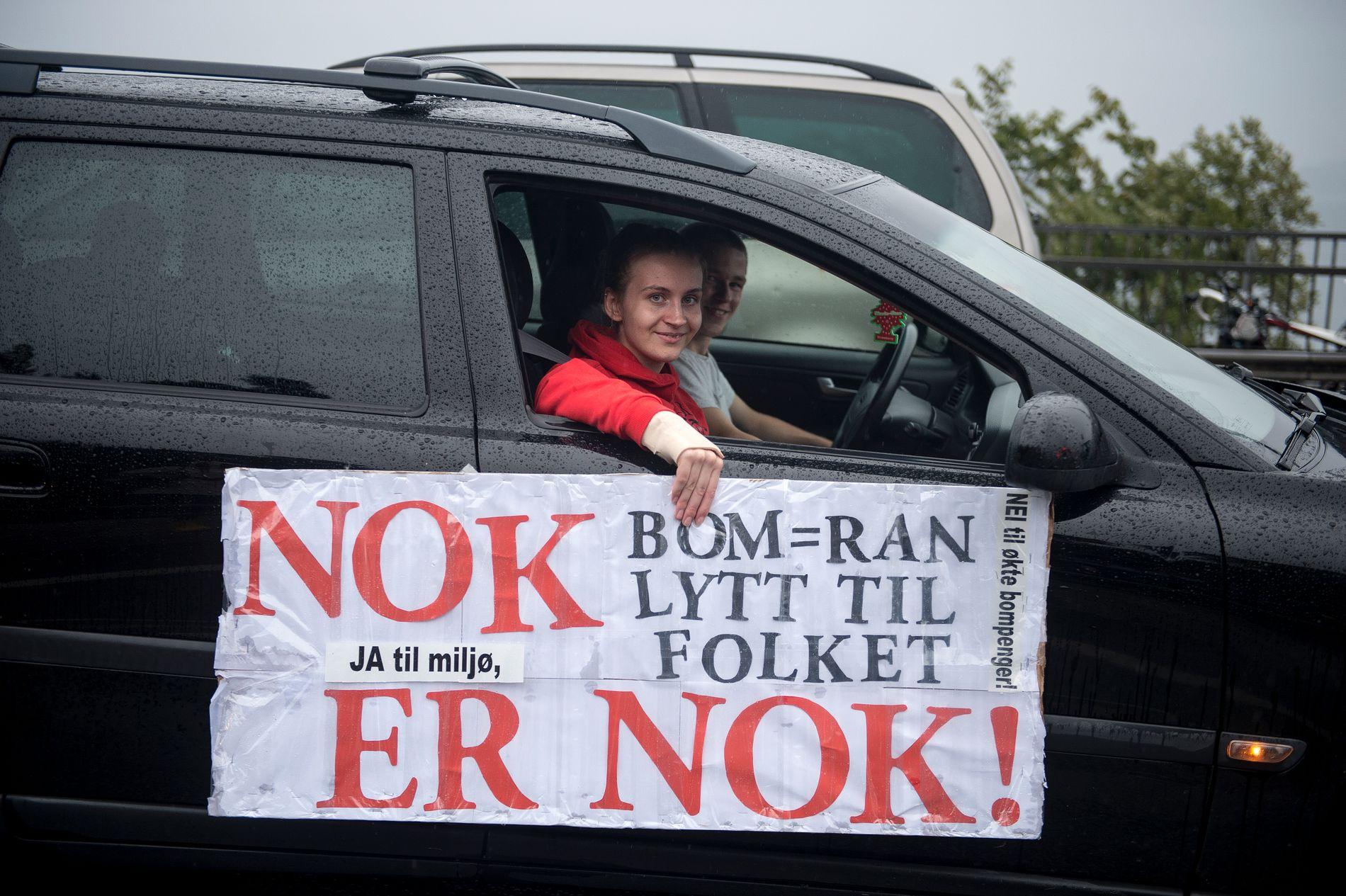 USOSIAL SKATT: Bompenge-vedtakene fører til store protester på Nord-Jæren. Protesterende bilister og gående lammet trafikken i Stavanger og Sandnes i flere timer onsdag kveld.