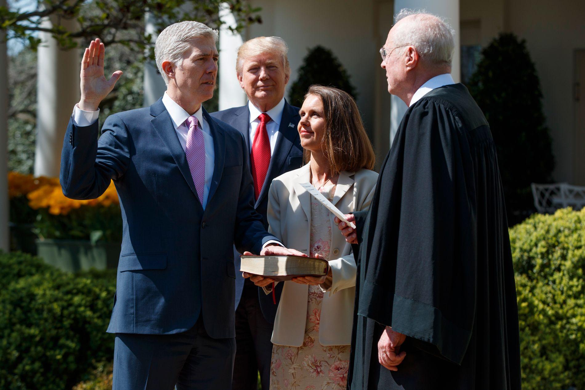 TATT I ED: Neil Gorsuch (t.v) ble mandag tatt i ed som ny høyesterettsdommer i USA av høyesterettsjustitiarius Anthony Kennedy (t.h.). Gorsuchs ektefelle Marie og president Donald Trump bivånet seremonien.