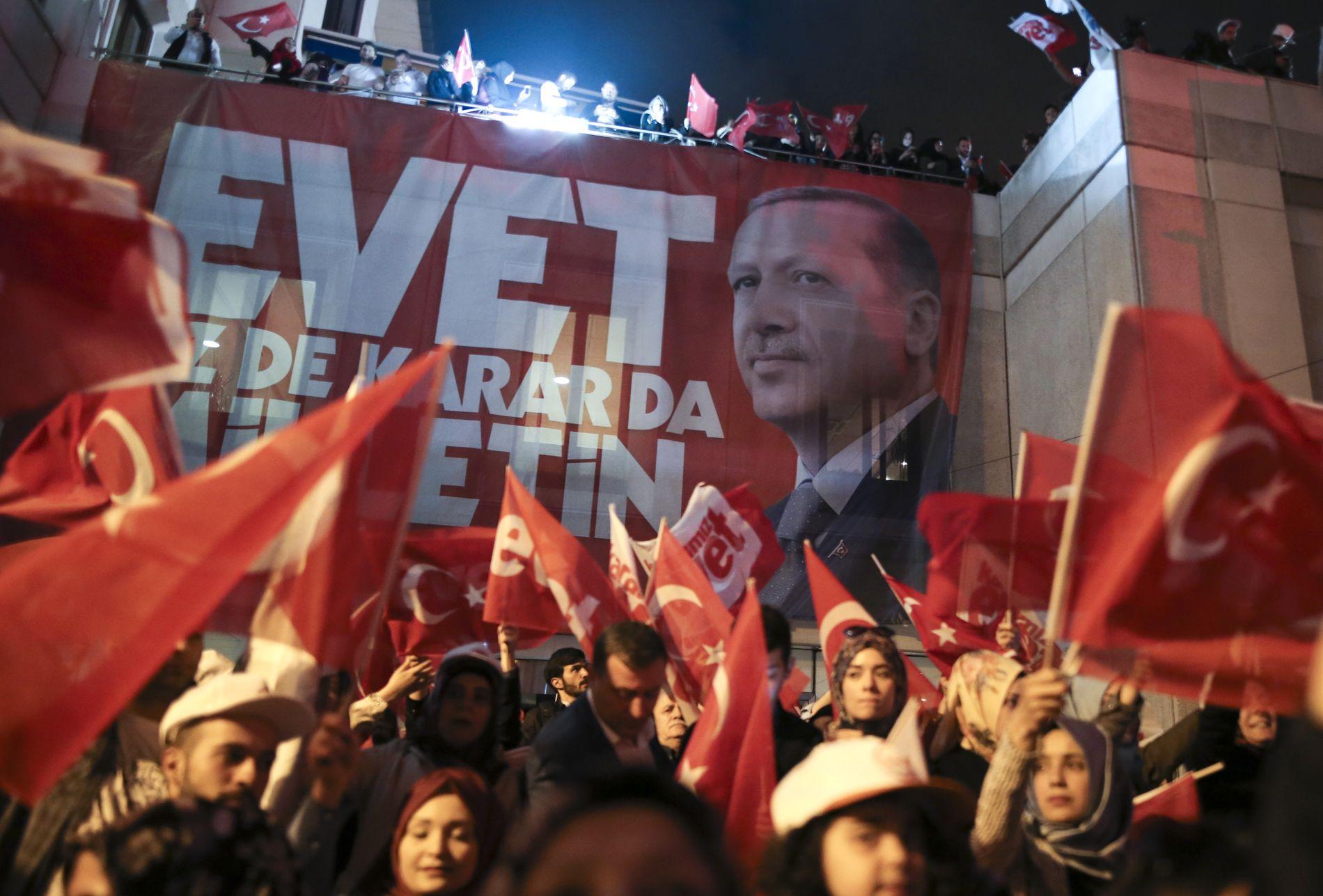 FEIRET: President Recep Tayyip Erdogans tilhengere feirer utenfor AKP sitt hovedkvarter i Istanbul.