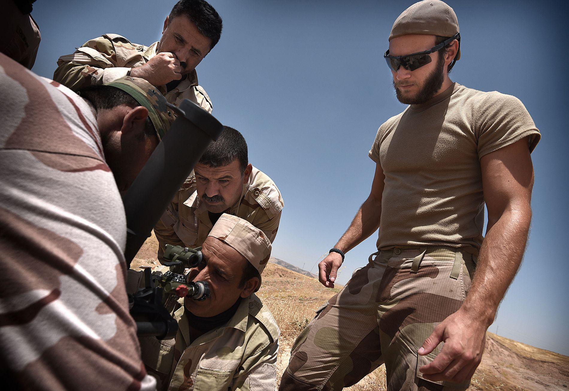 NYE VÅPEN: Peshmerga er mange steder dårligere ustyrt enn IS. USA har gitt nye våpen til en offensiv mot Mosul. Halvard Busch (25) instruerer kurderne i bruken av en bombekaster.