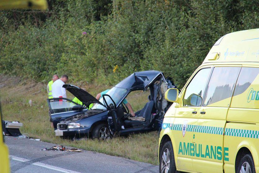 STORE SKADER: Personbilen var trykket sammen etter sammenstøtet sør for Drammen. Foto: Ole Christian Nordby/ Eikerfoto