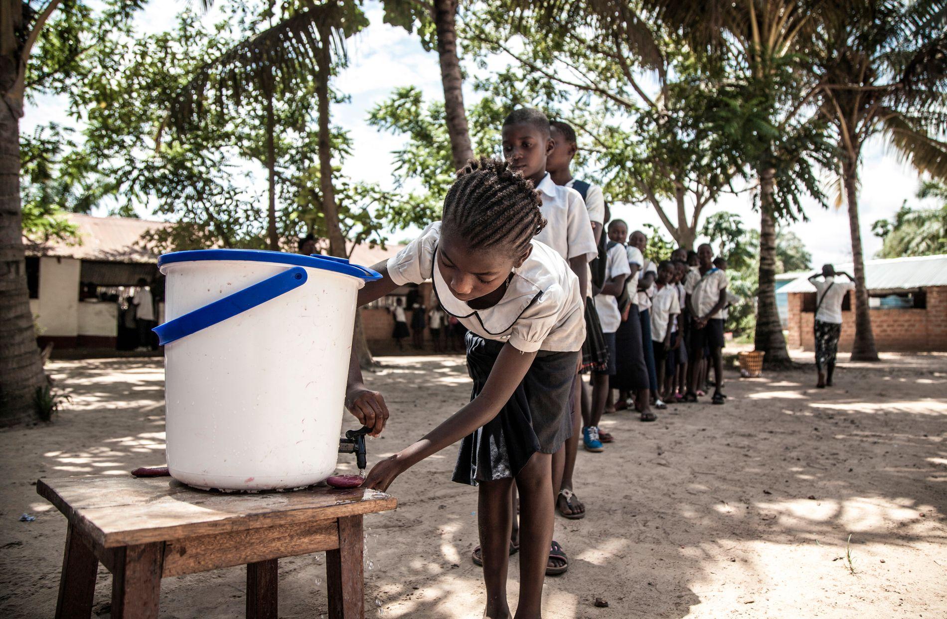 EBOLA-KRISE: Kongo har overtatt topplassen på Flyktninghjelpens liste over neglisjerte flyktningkriser. Nå er landet også rammet av en ny runde av ebola-viruset. Her må skolebarn i Mbandaka nordvest i Kongo vaske hendene før de får gå inn i klasserommet.