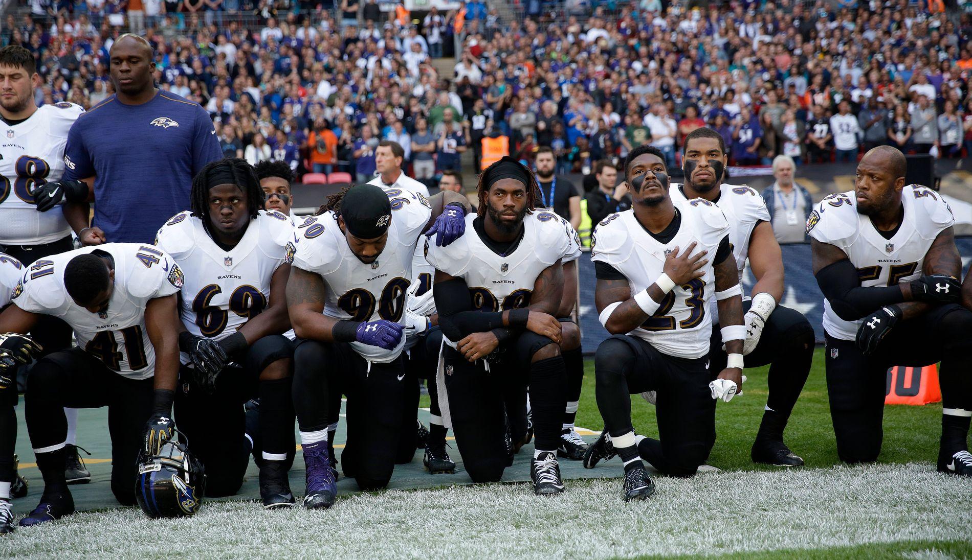 KNELTE: Flere Ravens-spillere valgte å knele under den amerikanske nasjonalsangen.