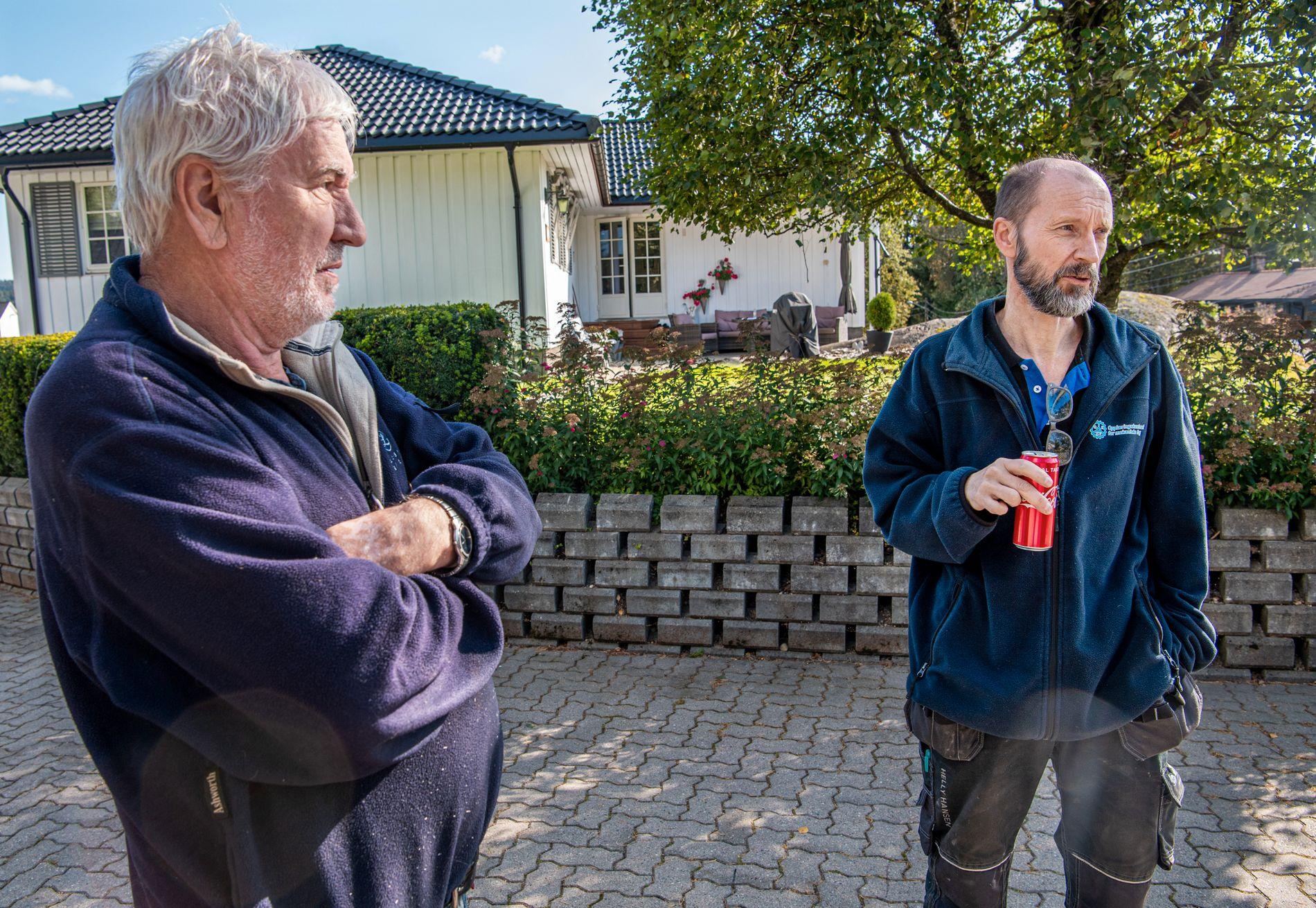 HÅPET SVINNER: Tore Skansen (til venstre) og sønn Tommy Skansen håper inderlig på at naboen kommer tilbake, men med tiden svinner håpet.