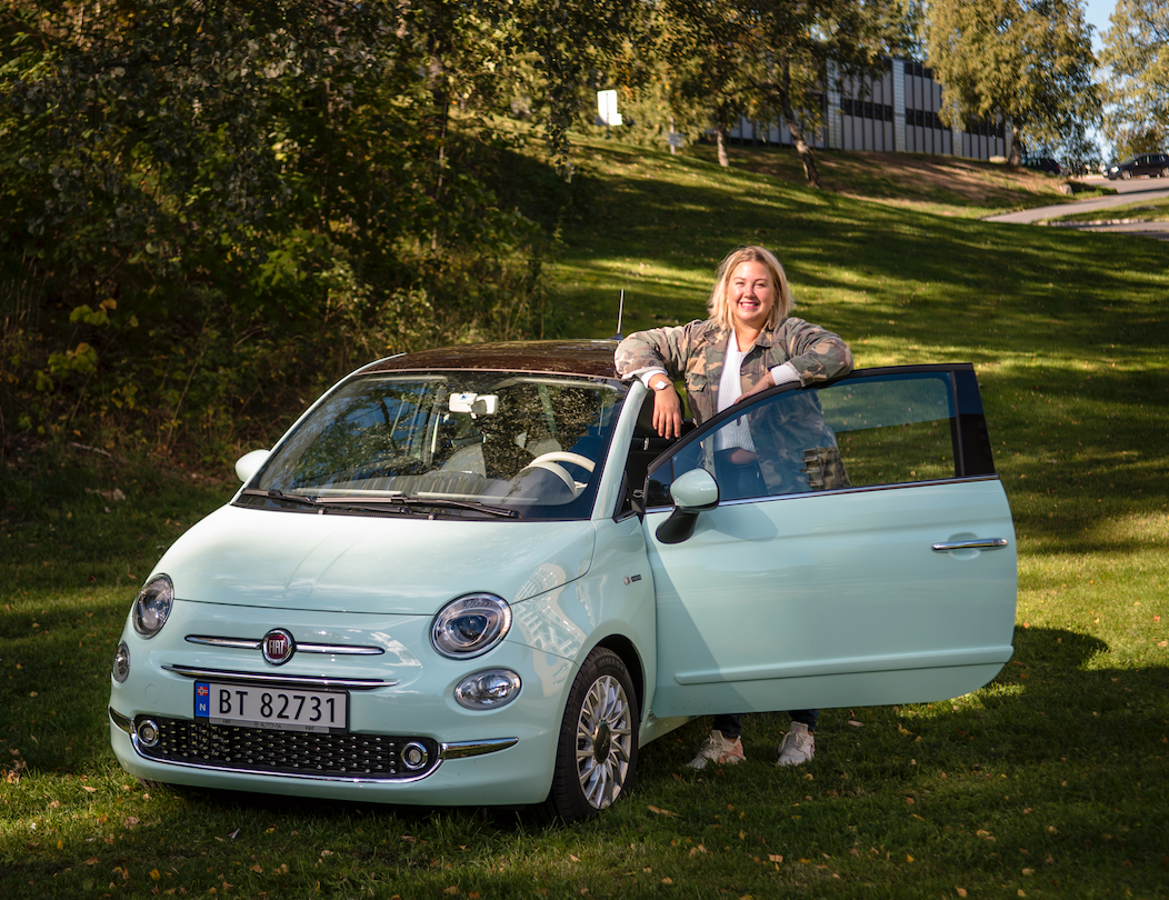 FØRSTE VALG: Kaja Katrine Gulseth tok lappen i fjor. Valget falt på ikoniske Fiat 500 da hun skulle kjøpe sin første bil.