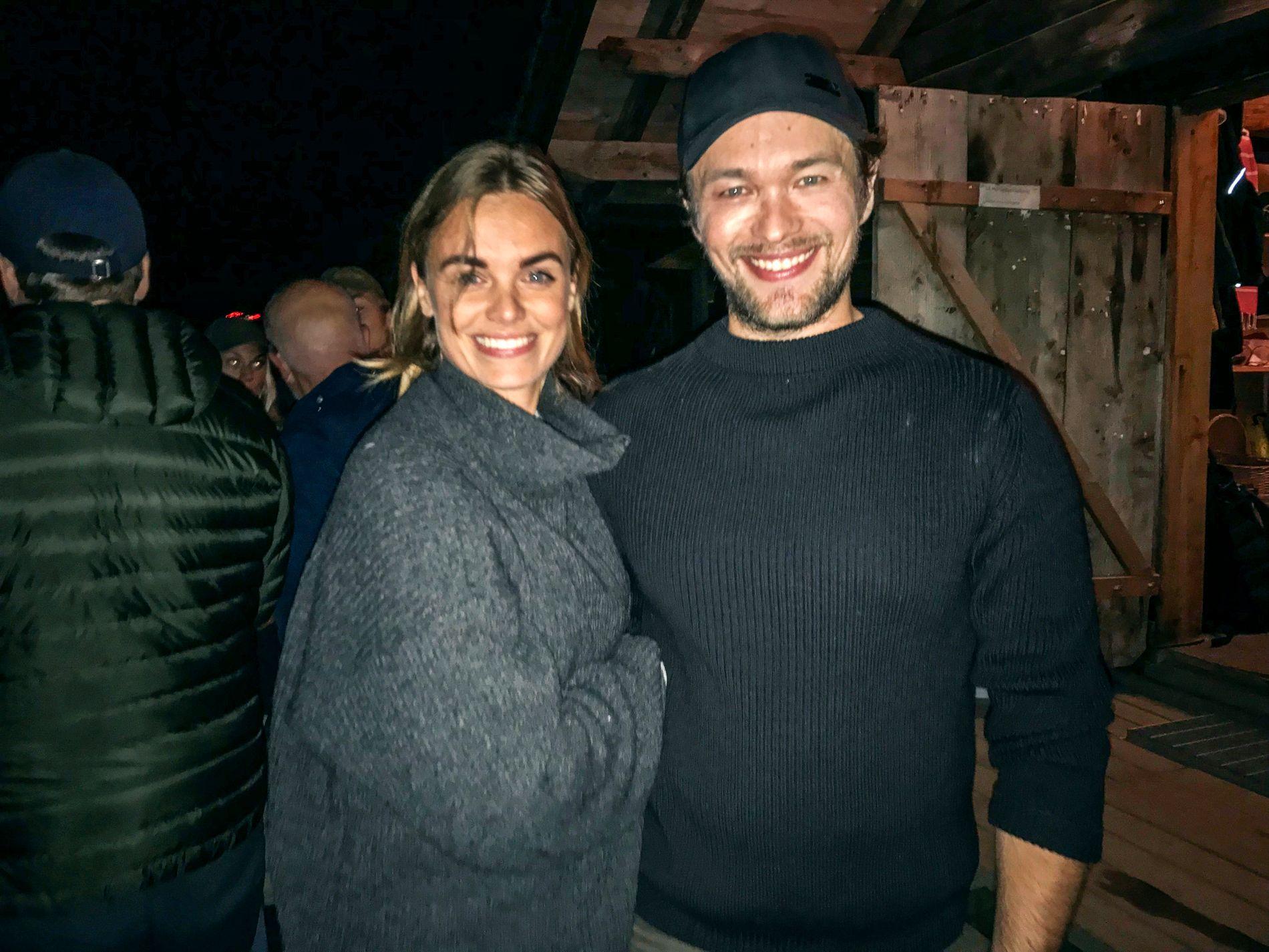 KJÆRESTER: Jakob Oftebro og kjæresten Hannah Chocron etter forestillingen på Gålå fredag kveld.