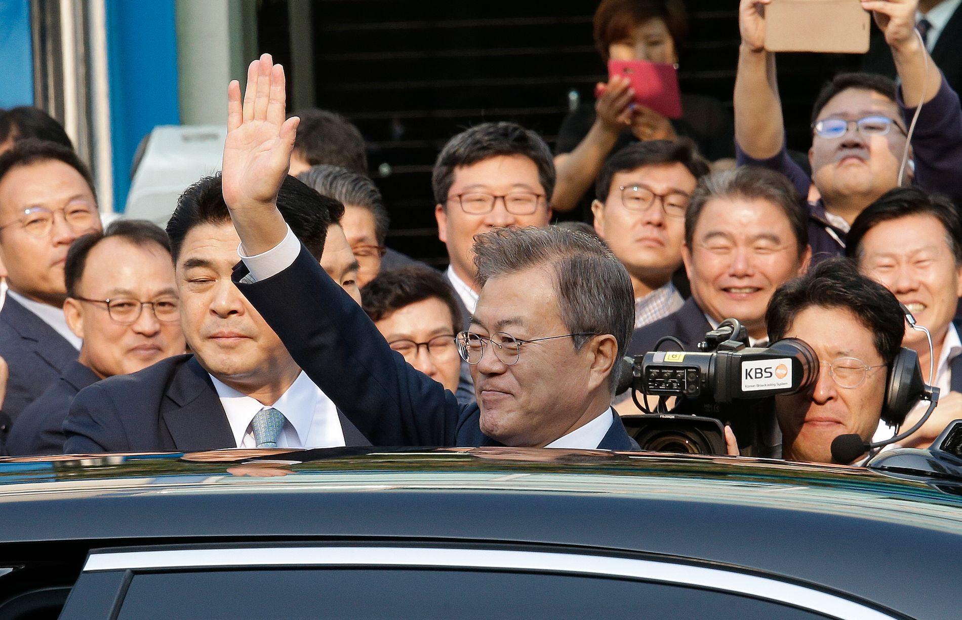Sør-Koreas leder Moon Jae-in vinker til publikum før han reiser for å møte sin nmotpart fra Nord-Korea.