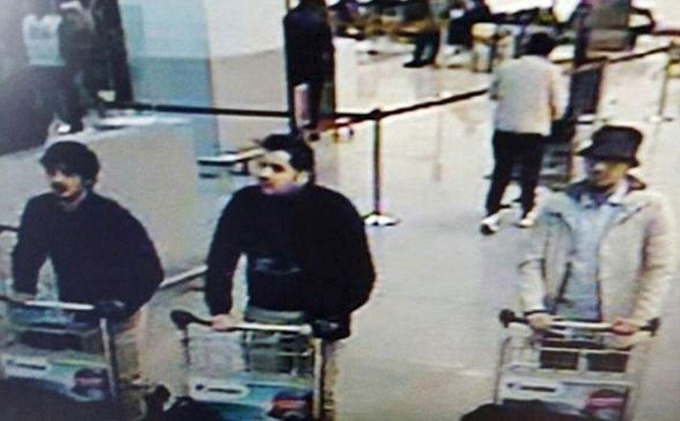 FILMET AV OVERVÅKINGSKAMERAER: De tre terroristene som slo til på flyplassen i Brussel. Fra venstre Najim Laachraoui, El Bakraoui. Mannen med hvit jakke til høyre i bildet er ikke tatt.