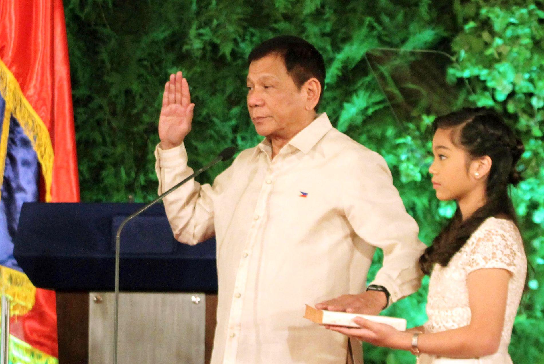 SVERGER ED-ER OG GALLE: Rodrigo Duterte blir tatt i ed som Filippinenes president for de neste seks årene. Ifølge ham selv, vil det bli seks år med knallhard kamp mot kriminelle.