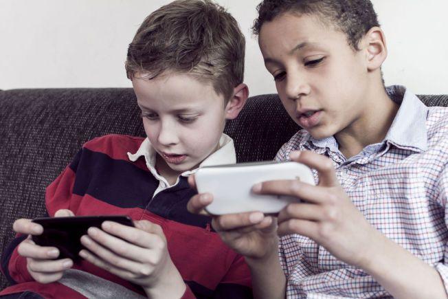 SOSIALT MOBIL-LIV: Norske barn bruker stadig mer tid på sosiale medieplattformer på mobiltelefonen eller på nettbrett. I samarbeid med barnevakten.no har VG laget en oversikt over 17 apper barn og unge bruker. Foto: Credit: Twin Design / Shutterstock / NTB scanpix