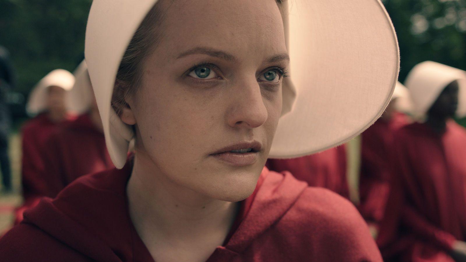TJENERINNE: Elisabeth Moss som Offred, i drakten alle handmaids må gå i.