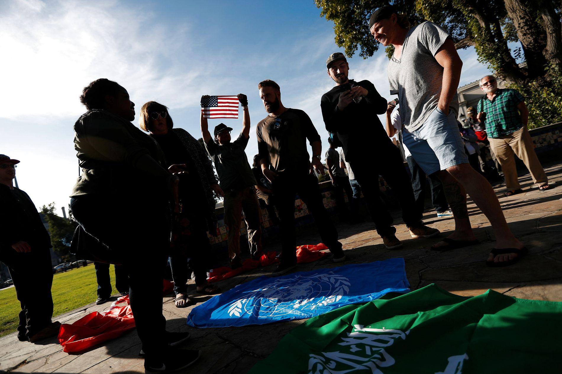 PROTESTBØLGE: – Demonstranter samlet seg i Martin Luther King Jr. Civic Center Park etter at alt.right-provokatøren Milo Yiannopoulos fikk snakke ved Berkeley-universitetet i California i september.