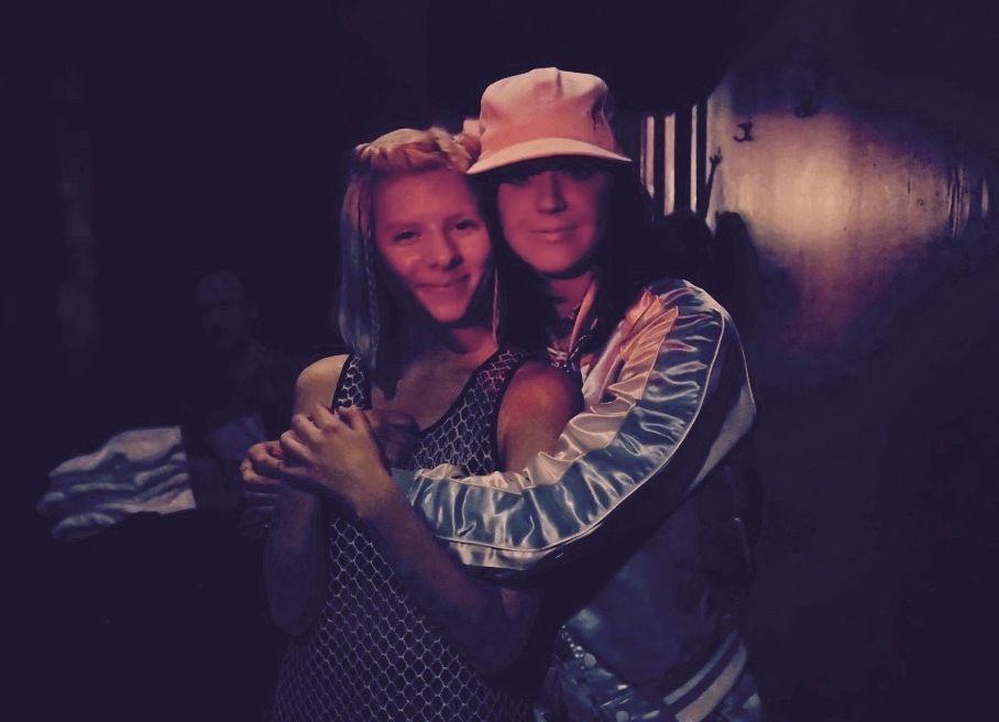 HJERTELIG: Aurora og katy Perry poserte omslynget etter den norske popstjernens konsert i Los Angeles i går kveld.