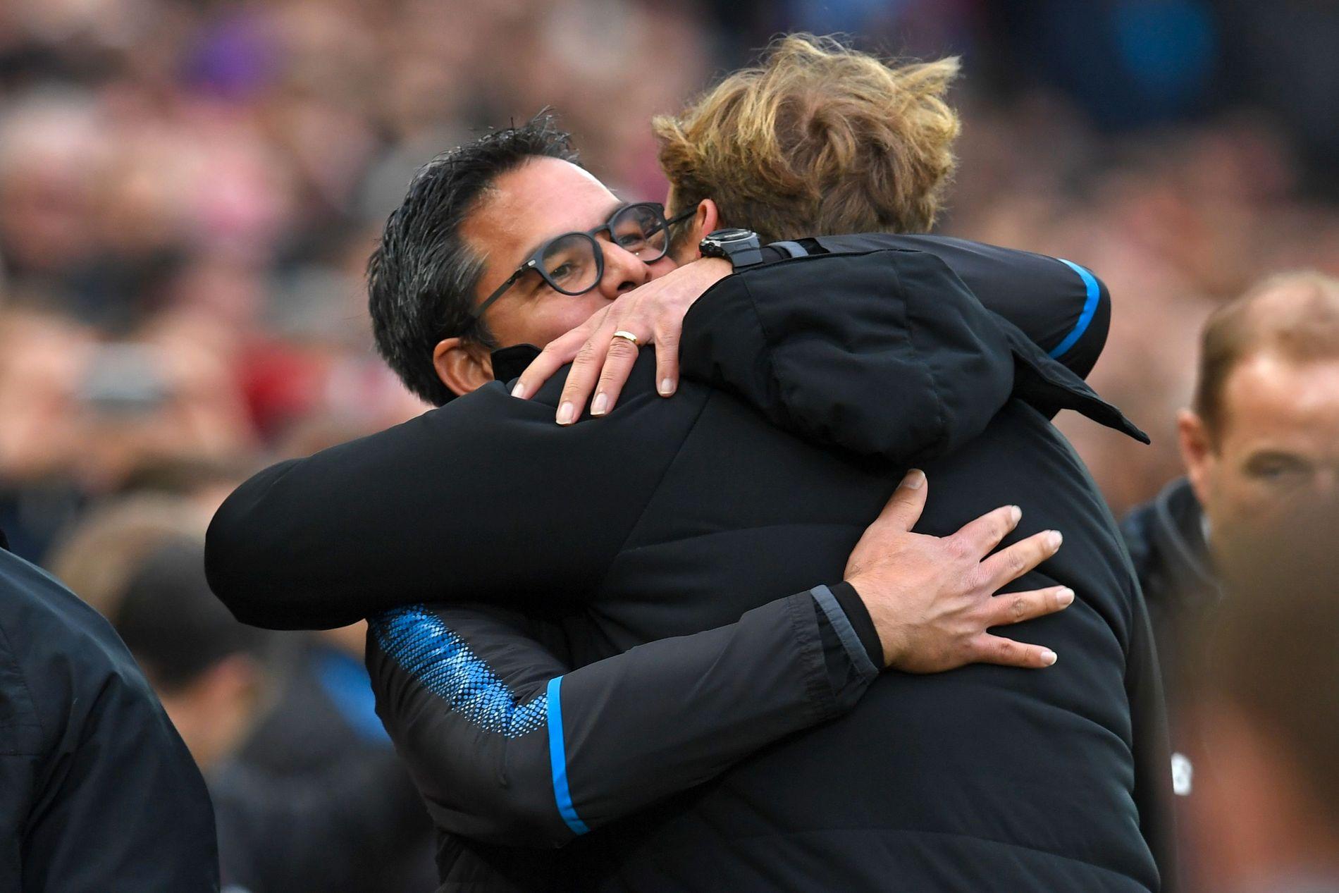 GODE BUSSER: Huddersfield-manager David Wagner omfavnet sin gode venn Jürgen Klopp før møtet på Anfield.