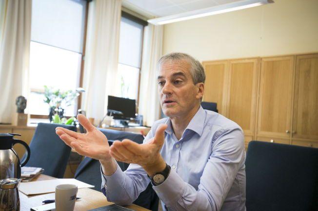 BRUKTE STERKE ORD: Arbeiderpartiets Jonas Gahr Støre beklager at han kalte Høyres interne OL-prosess «patetisk» - hvertfall dersom noen ble støtt av det. Her på sitt kontor i Stortinget.