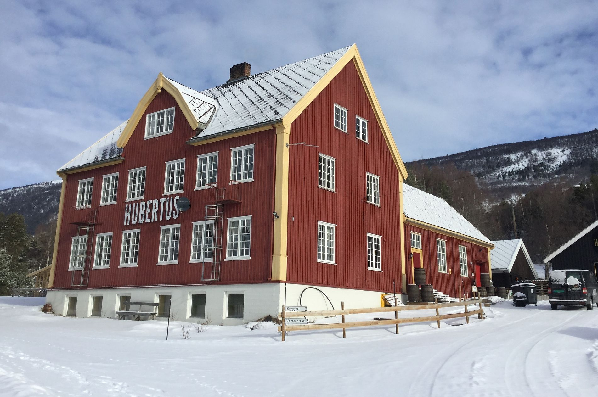 FRA ELEVER TIL ØL: Den store skolen på Dovre ble fylt med ny aktivitet og en hollandsk familie som startet bryggeri med gymsalen som bryggerihall.