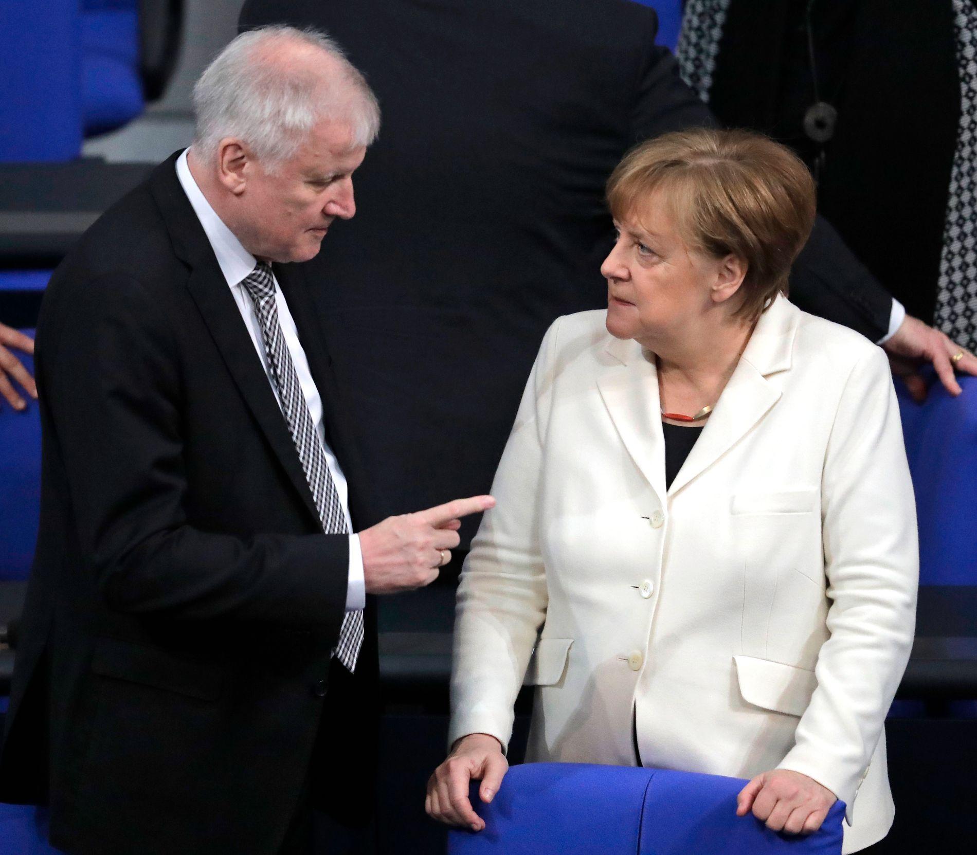 ENIGE: Tysklands forbundskansler Angela Merkel og innenriksminister  Horst Seehofer i parlamentet i Berlin.