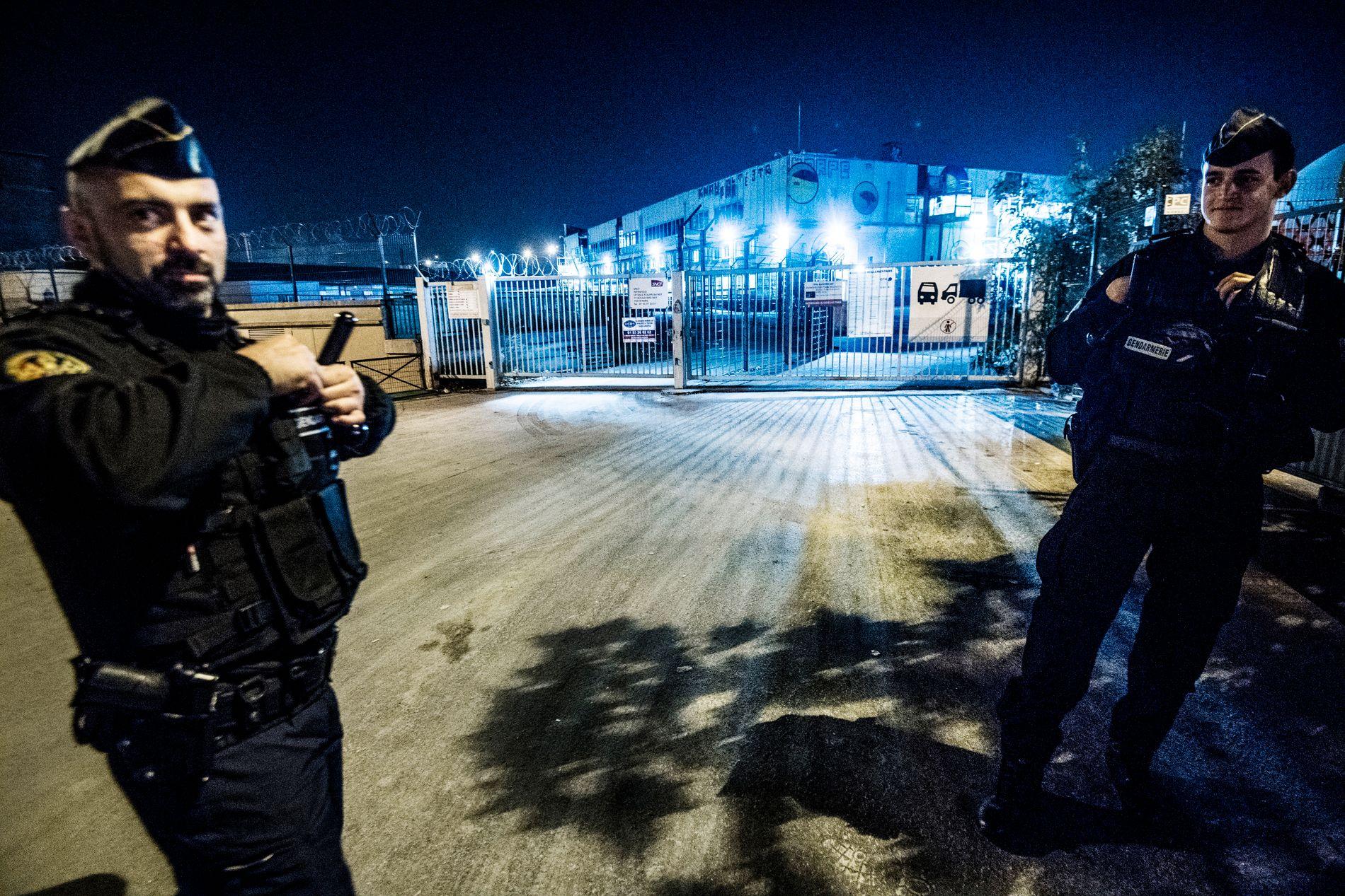 VIL HINDRE TELTLEIRER: I midten av september slo over 300 politifolk til for å rydde plassen ved Place de la Chapelle hvor 2500 migranter sov. En måned seere 2000 nye på plass i områdene rundt Gare du Nord i Paris, ifølge Le Figaro. Her holder politiet vakt i Port de la Chapelle, nær et gigantisk mottakssenter.
